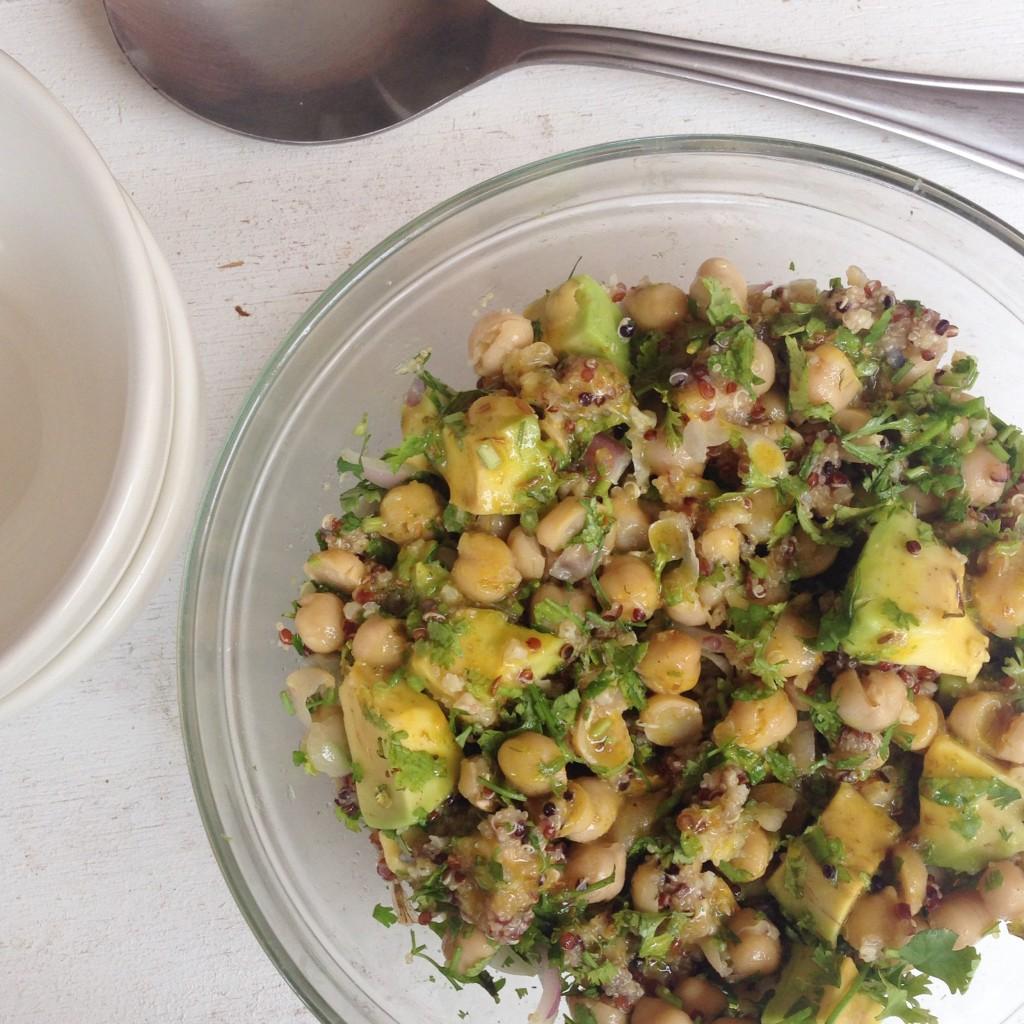 Ensalada de garbanzo, quinoa y aguacate
