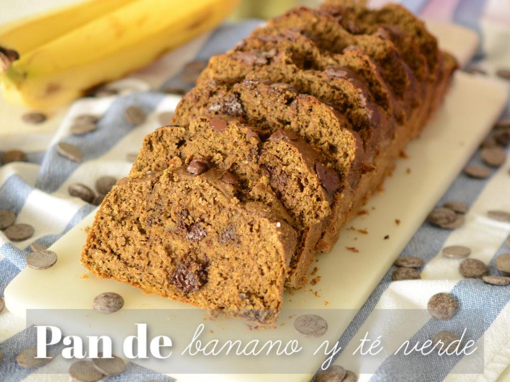 Rebanadas de pan de banano fit servidas sobre una tabla en piedra.