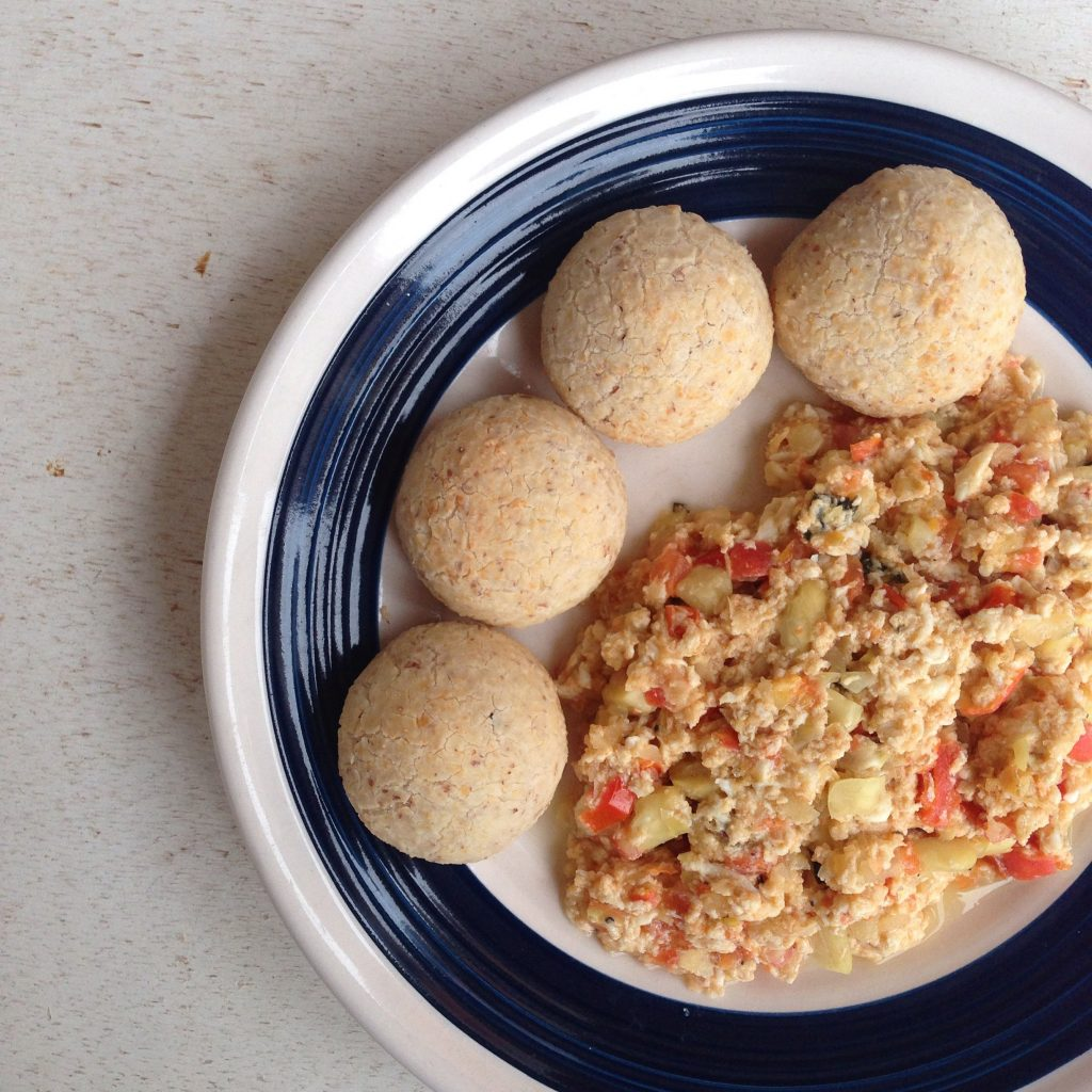 Pan de bonos saludables servidos con huevos revueltos.