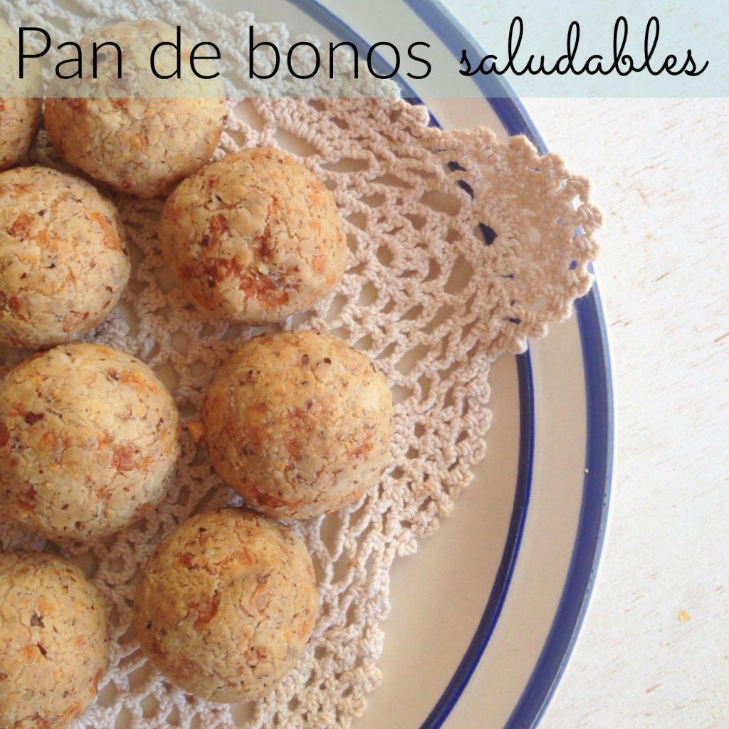 Pan de bonos saludables servidos en un plato beige con bordes azules.