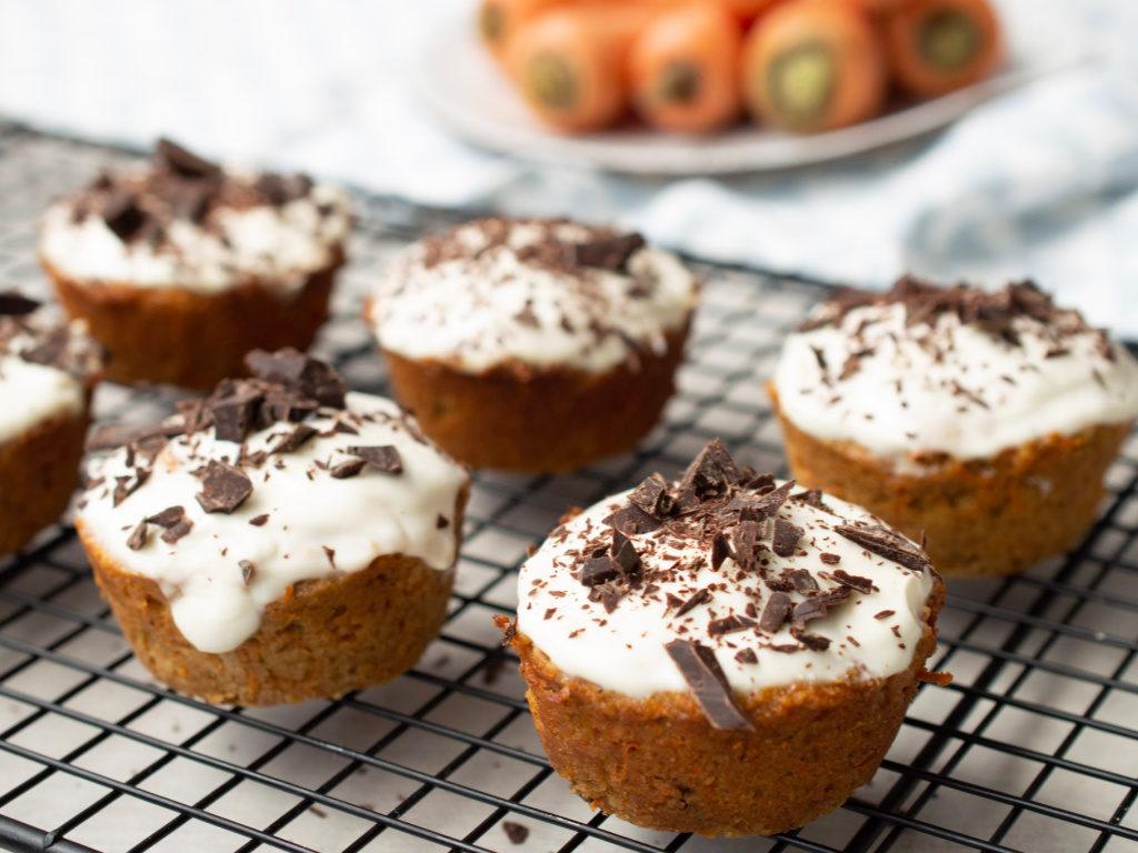 Carrot cake muffins servidos en una rejilla de hornear.
