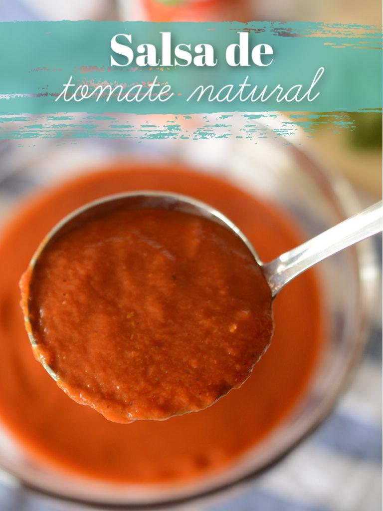 Bowl de salsa de tomate natural servida en un cucharón de cocina.