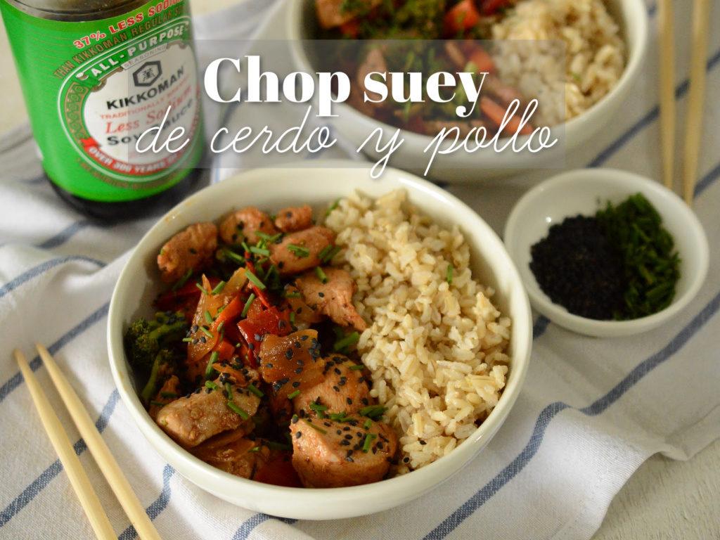 Toma picada de un plato de arroz y chop suey.