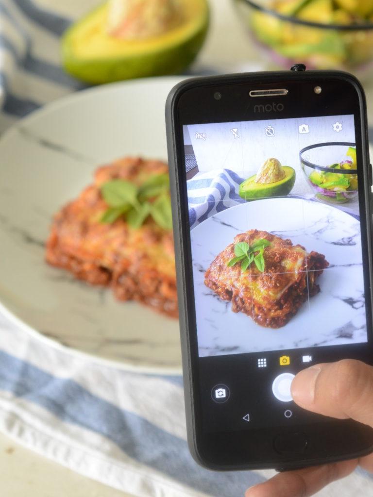 Un celular toma una foto de la lasaña de plátano.