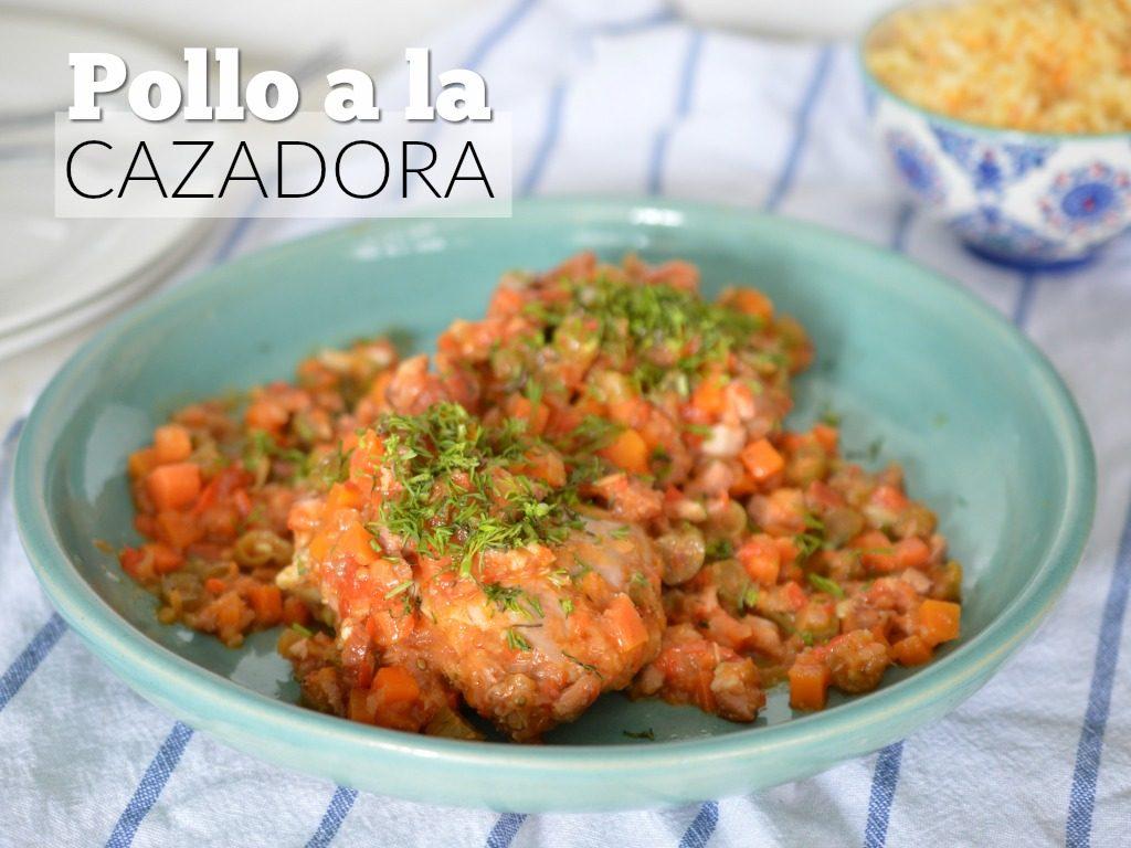 Pollo con salsa y trozos grandes de zanahoria.