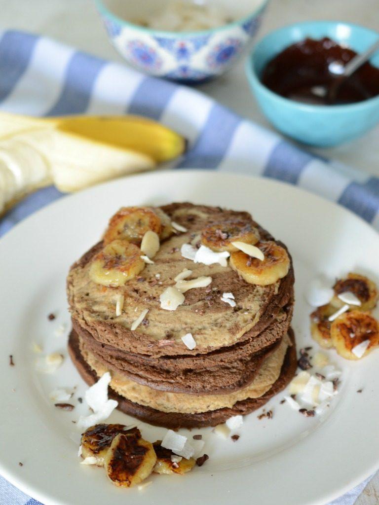 Torre de pancakes sanos marmoleados servidos con bananos asados.