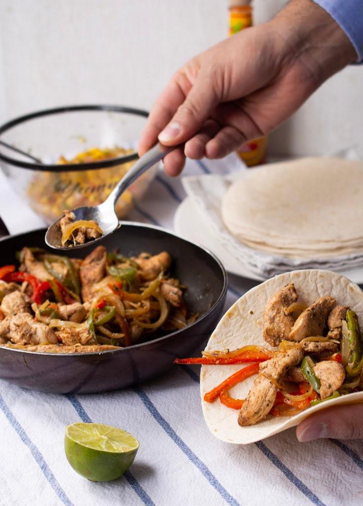 Foto de pollo mexicano sobre tortilla de harina.