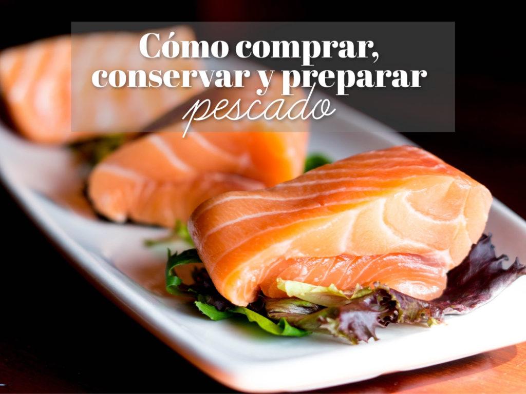 Preparar pescado. Trozos crudos de salmón dispuestos en un plato blanco.