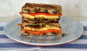 Sandwich gourmet con sabores mediterráneos