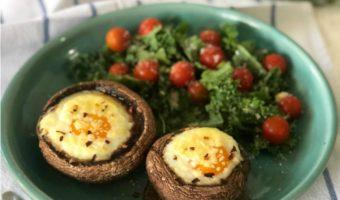 Portobellos rellenos de huevo, un desayuno de lujo