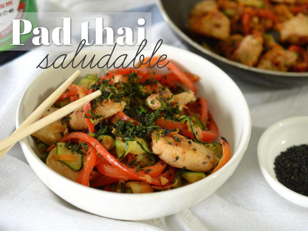 Plato con pad thai de zucchini y pollo.