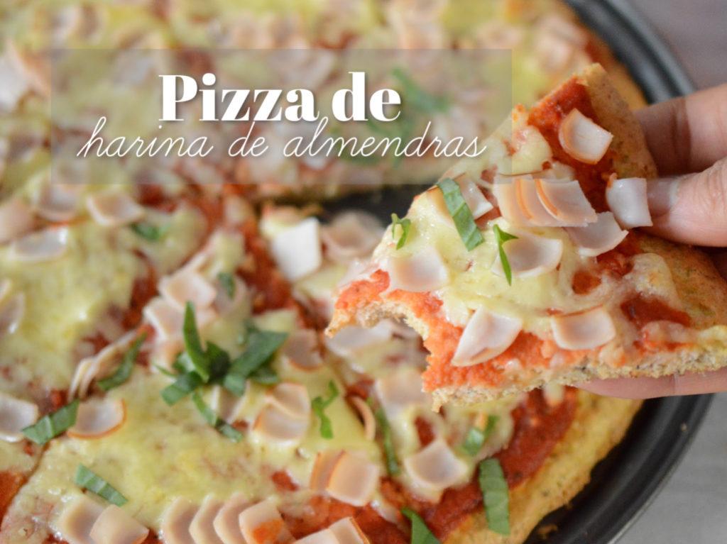 Primer plano de una rebanada de pizza de harina de almendras.
