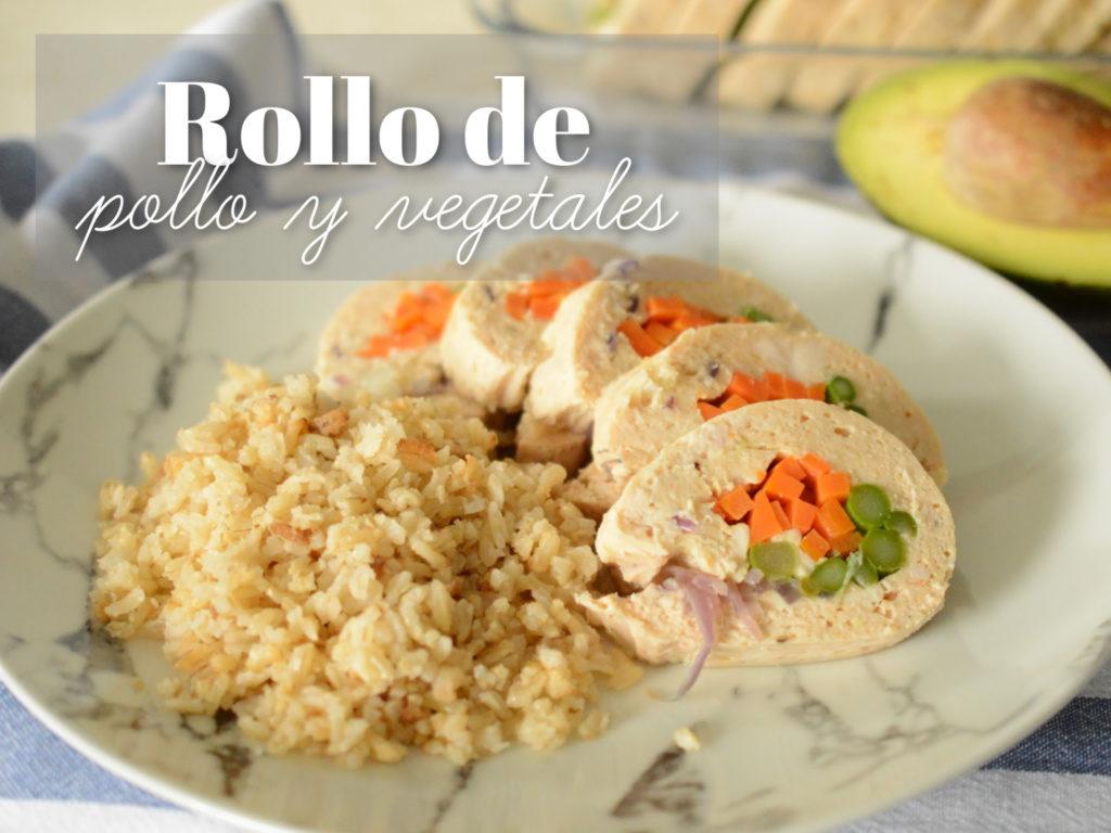 Plato con pollo y arroz, al fondo de ve un aguacate.