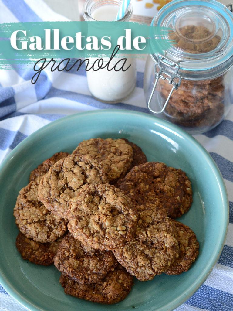 Plato azul con galletas de granola sobre una mesa con mantel a rayas azules.