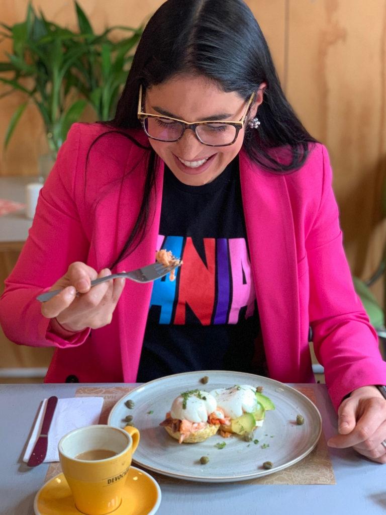 Retrato de una mujer joven de cabello negro desayunando en el restaurante Brown.