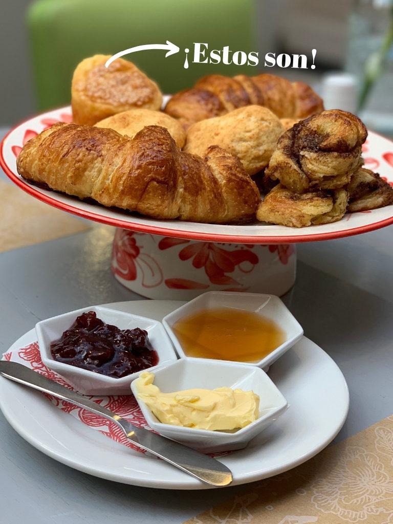Bandeja de panes del restaurante Brown con muffins de queso.