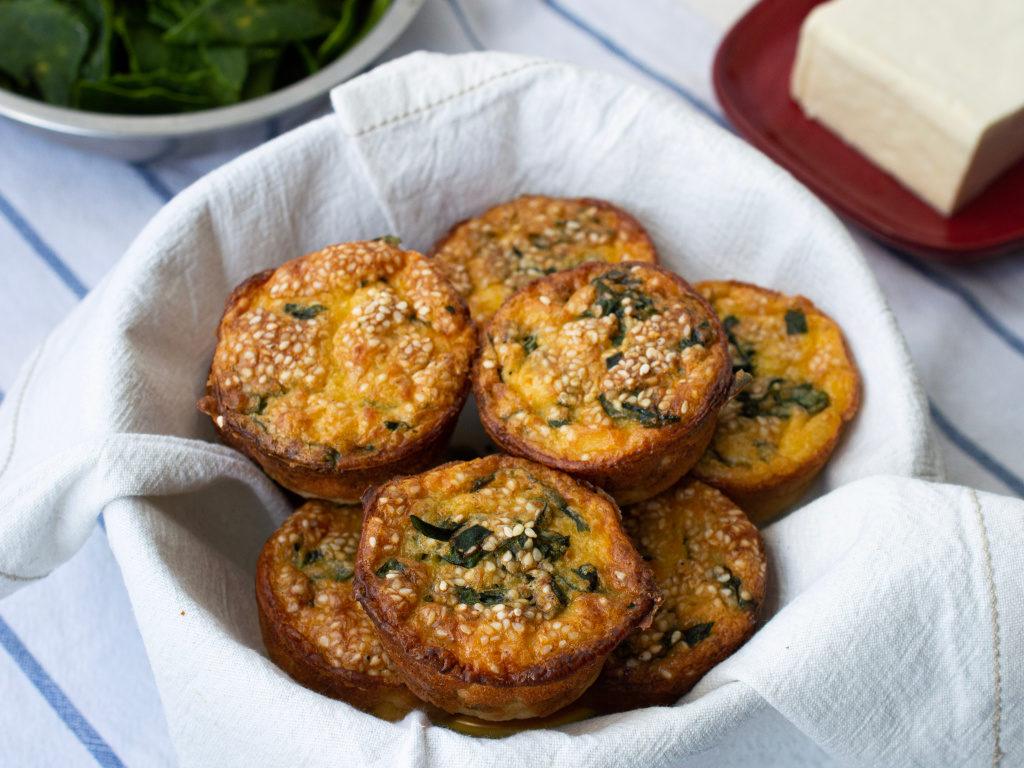 Foto de los muffins de queso servidos en un tazón con una tela de color blanco.