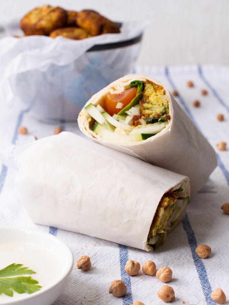 Wrap relleno de falafel de arveja.