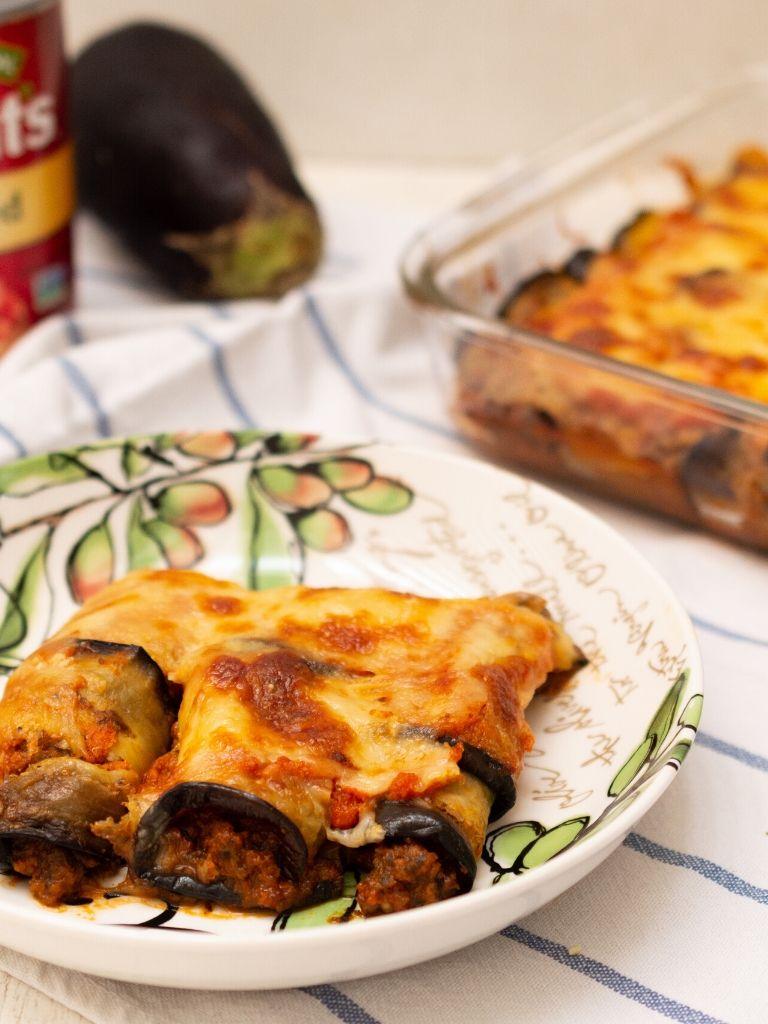 Canelones saludables de berenjena rellenos de salsa de tomate y champiñones.