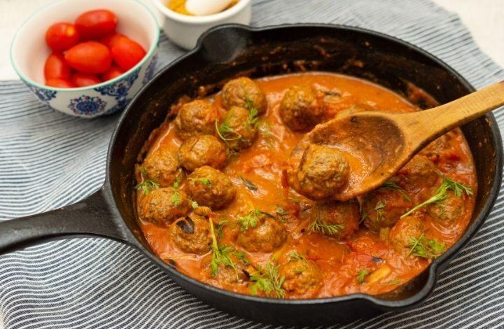 Sartén de hierro fundido con albóndigas al curry.